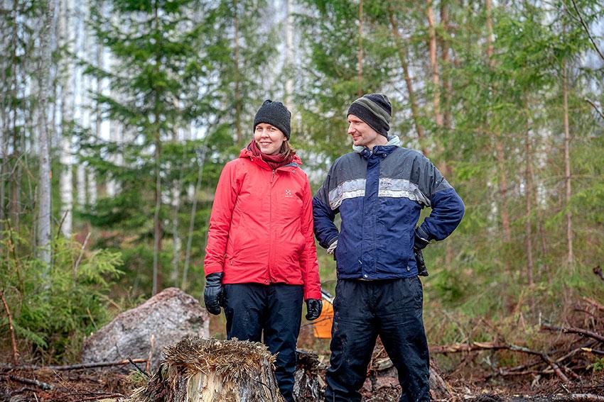 Pariskunta katselee metsäänsä